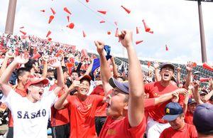 優勝が決まった瞬間、メガホンを投げて沸き上がる佐賀商スタンド=佐賀市のみどりの森県営球場