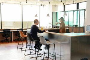 コワーキングスペース「ミーム唐津」。デスクの他にキッチンを備え、コーヒーや料理を楽しめる=唐津市京町