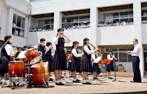 力強い演奏を披露する吹奏楽部の生徒たち