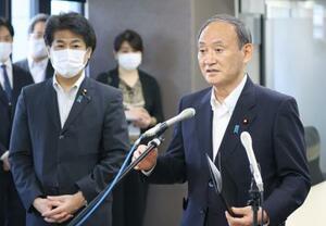 視察後、報道陣の取材に応じる菅首相。左は田村厚労相=15日午後、東京都新宿区(代表撮影)