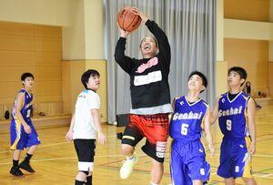試合形式の練習で生徒たちと競り合いながらシュートを狙う原慎也主将(中央)=玄海町の玄海みらい学園