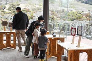 10窯元の個性あふれる時計が並ぶ「武雄やきもの時計展」=武雄市武雄町の陽光美術館