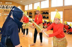 遠慮がちに竹刀で面をたたくインドネシアの生徒たち=唐津東中