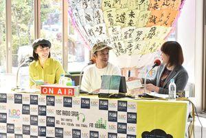 (左から)1日、公開生放送で制作の思いを語った平尾さんと武藤さん=佐賀市の佐賀バルーンミュージアム