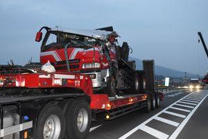 横転したトレーラー。別のトレーラーに載せて移動=2月14日午前7時ごろ、武雄市北方町の事故現場