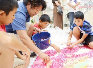 「自分なりにかっこよく表現してみて」と子どもたちに声をかける藤川靖彦さん(左から2人目)