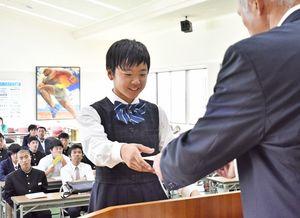 県体育協会の東島敏隆理事長(右)から指定証を受け取る奨学生=佐賀市の県スポーツ会館