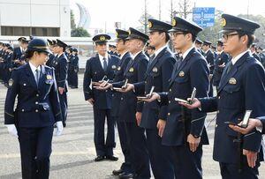 手帳や拳銃などの携帯品を確認する杉内由美子本部長(左)=佐賀市の県警本部