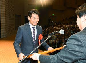 松田一也町長から町民栄誉賞を受けるプロ野球DeNAの濵口遥大投手=基山町民会館