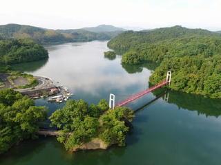 <空さんぽ>万緑の北山湖 水鏡の空を泳ぐ