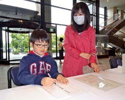 天皇陛下の即位を祝い、多くの県民が記帳に訪れた=佐賀県庁県民ホール