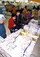 国内産米が品薄のため、予定より1日早く輸入米を並べた店もあった=平成6年2月28日、佐賀市内のスーパー
