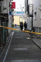 殺人未遂事件が発生したとみられる現場周辺を捜査する警察官ら=27日午前6時10分ごろ、佐賀市白山2丁目