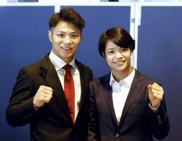 成田空港で取材に応じ、ポーズをとる柔道男子66キロ級の阿部一二三(左)と妹で女子52キロ級の阿部詩=17日午前