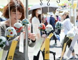 今年の夏を涼しげに 有田焼の風鈴の音が涼しさを演出。どんな音か聞き比べ