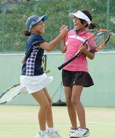 6年以下女子決勝・櫻屋ジュニア-七山ジュニアA ダブルスで逆転勝ちし、喜ぶ櫻屋ジュニアの田嶋和香奈(左)・吉田ひまり組=佐賀市の県庭球場