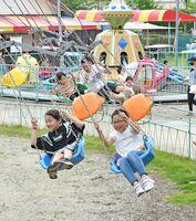 佐賀県の休業要請解除から1カ月がたち、少しずつ人が増え始めた神野公園こども遊園地。人気の「チェーンタワー」は密集を避けるため1つおきに椅子を裏返している=6日午後、佐賀市