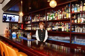 佐賀の果物を使ったカクテルなども出している「Bar Blue Velvet」のオーナー・バーテンダー、田中紀子(みちこ)さん=佐賀市大財