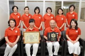 津軽三味線全九州コンクールで優勝した浩寿会のメンバー=佐賀市の佐賀新聞社