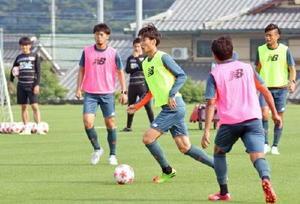 浦和戦に向けたミニゲームで、ドリブルで駆け上がるMF鎌田(中央)=19日、鳥栖市北部グラウンド