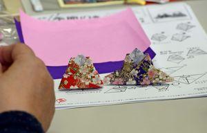 作成中の折り紙のひな人形。折り紙の模様が美しい(提供写真)=佐賀市のアバンセ