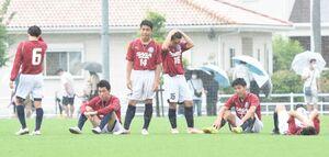 サッカー男子2回戦・佐賀東-龍谷 PK戦で敗れ、肩を落とす佐賀東の選手たち=佐賀市の佐賀市健康運動センター