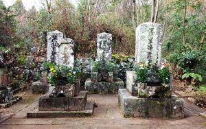 多久市多久町大古場の草場家墓地。手前右側が佩川の墓