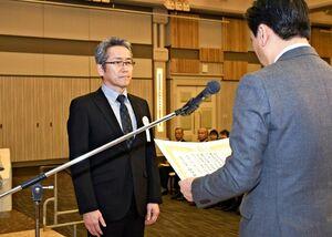 山口知事(右)から県知事表彰を受ける代表者=佐賀市のガーデンテラス佐賀