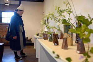 武雄焼窯元10人による花器展。近くに自生する野の花が飾られた=佐賀市大和町松瀬の湛然の里ぎゃらりーせせらぎ