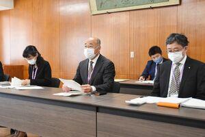応援クーポン券の発行事業などについて説明する橋本康志市長(中央)=鳥栖市役所
