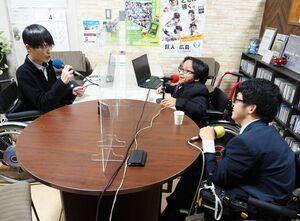 えびすFMの開局当初から続く番組「エイブルオンラジオ」。障害があり車いすを使う当事者が日々感じることを発信している=佐賀市白山
