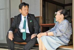 高齢者の自宅を訪問し、普段の暮らしぶりなどに耳を傾けた山口祥義知事(左)=佐賀市内