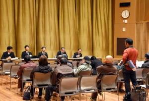 旧富士小跡の活用案に対し、意見を述べる住民=佐賀市富士町のフォレスタふじ