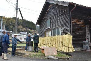 鍋野和紙の工房と、保存会設立20年を記念して集まった関係者=嬉野市塩田町