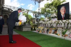 台湾の李登輝元総統の遺影に花を手向けるアザー米厚生長官=12日、台北(中央通信社=共同)