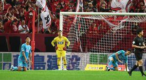 鳥栖-浦和 後半終了間際、浦和FW興梠に決勝弾を決められ呆然とする鳥栖守備陣=さいたま市の埼玉スタジアム2002