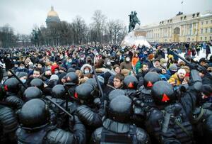 23日、ロシア・サンクトペテルブルクで、警察と衝突するデモ隊。反体制派ナワリヌイ氏の釈放を求め、抗議デモがロシア全土に広がった(AP=共同)
