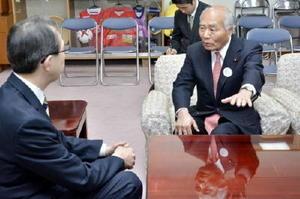 福島県庁で内堀雅雄知事(左)と会談する吉野復興相=27日午後