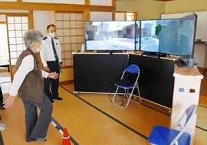 シミュレーターを使った安全な渡り方を学ぶ高齢者=神埼市の神埼町四丁目公民館