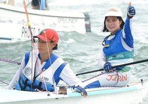 1996年8月、アトランタ五輪のセーリング女子470級で銀メダルを獲得した重由美子さん(右)と木下アリーシアさん(共同)