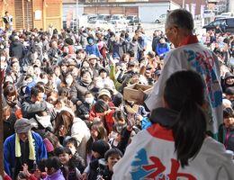 福を求める市民でにぎわった神幸節分祭の「福豆まき」=神埼市神埼町の櫛田宮