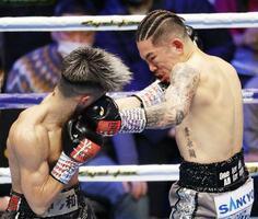昨年大みそかのボクシング世界戦で、タトゥーが露出した状態で闘った井岡一翔(右)=大田区総合体育館