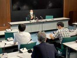 サガン鳥栖関連の感染者等についての佐賀県の会見=13日午後、佐賀県庁