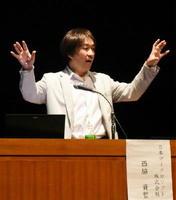 聞く人に伝わるプレゼンテーションの方法について話す日本マイクロソフト業務執行役員の西脇資哲さん=佐賀市文化会館