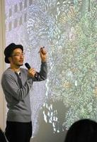 作品解説をする池田学さん=佐賀市の県立博物館
