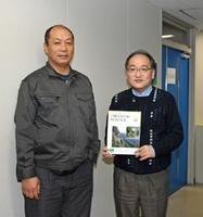 新種のライム「ヒマラヤンライム」を発見したブータン王国の研究者ツェリンペンジョールさん(左)と、共同研究者の一人、佐賀大学の永野幸生准教授=佐賀市の同大学本庄キャンパス