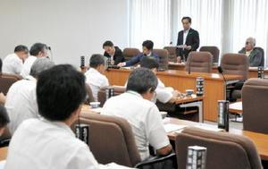 玄海原発再稼働問題などについて議論を交わした農林水産商工常任委員会=県議会棟