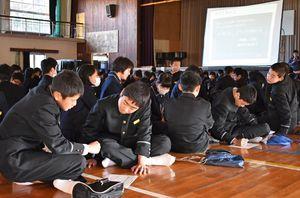 佐賀地方気象台の防災担当者から豪雨災害時の対応を学ぶ中学生=伊万里市の伊万里中