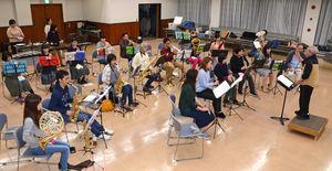 嬉野市ブラスフェスティバル2017に向けて練習する嬉野市民吹奏楽団メンバー=嬉野市中央公民館