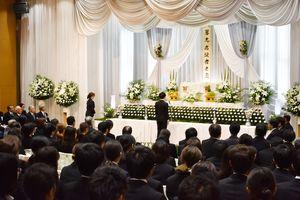 佐賀大学医学部で解剖された故人に向けて感謝の言葉を述べる学生代表=佐賀市の北佐賀草苑